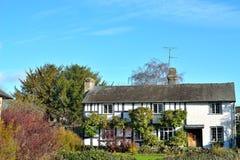 美丽的用木材建造的村庄在英国乡下 免版税库存图片