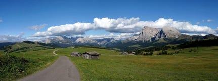 美丽的田园诗全景阿尔卑斯和山在白云岩 免版税库存图片