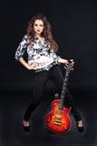 美丽的电女孩吉他性感的旭日形首饰 免版税库存图片