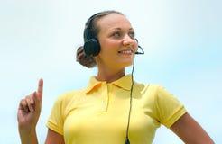美丽的电话中心操作员或客户为微笑尝试服务 库存图片
