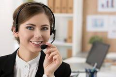 美丽的电话中心操作员画象在工作 图库摄影