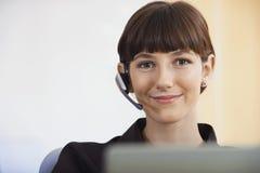 美丽的电话接线员佩带的耳机 免版税图库摄影