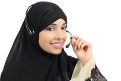 美丽的电话操作员阿拉伯妇女工作 图库摄影