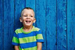 美丽的男孩愉快的快乐的小的纵向 库存照片