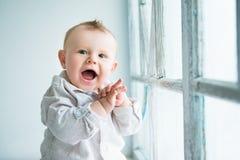 美丽的男孩愉快的快乐的小的纵向 免版税库存图片
