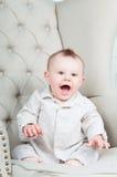 美丽的男孩愉快的快乐的小的纵向 免版税库存照片