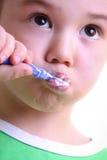 美丽的男孩画笔他小的牙 库存图片