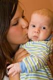 美丽的男孩婴儿母亲年轻人 免版税库存照片