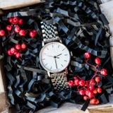 美丽的男性礼物、手表在美丽的包装/工艺礼物他的和明亮的装填,礼物计时 库存图片