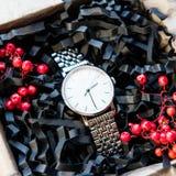 美丽的男性礼物、手表在美丽的包装/工艺礼物他的和明亮的装填,礼物计时 免版税库存图片