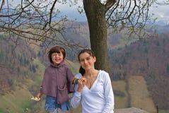 美丽的白深色的母亲,愉快的女孩本质上 免版税库存图片