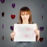 美丽的白白种人白肤金发的红发女孩妇女在有红色心脏的演播室 库存照片