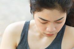 美丽的白种人中国女性混合的族种赛跑者运行中线索火山妇女 免版税库存图片