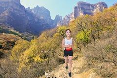 美丽的白种人中国女性混合的族种赛跑者运行中线索火山妇女 库存图片