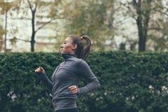 美丽的白种人中国女性混合的族种赛跑者运行中线索火山妇女 库存照片