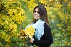 年轻美丽的白种人加上在户外黑礼服的大小模型,自然的,秋天大气xxl妇女 库存照片