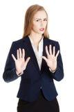 美丽的白种人女商人显示拒绝, rejectin 免版税库存照片