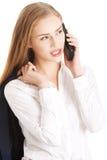 美丽的白种人女商人通过电话谈话。 库存照片