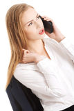 美丽的白种人女商人通过电话谈话。 免版税图库摄影