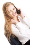 美丽的白种人女商人通过电话谈话。 库存图片