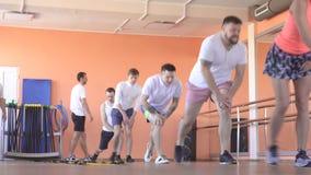 美丽的白种人女孩教练员在一现代健身俱乐部显示人减肥和健康的,小组锻炼 影视素材