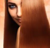 美丽的白种人女孩方形的照片有完善的streight的h 库存图片