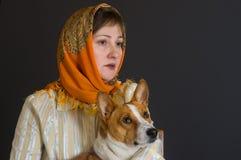 美丽的白种人成熟妇女画象有可爱的basenji狗的 免版税库存图片