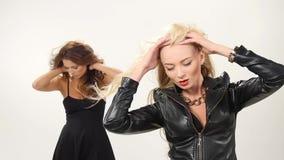 美丽的白肤金发和深色的性感的少妇 股票视频