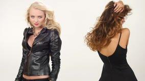 美丽的白肤金发和深色的性感的少妇 股票录像