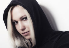 美丽的白肤金发的交谈者女孩的画象 免版税图库摄影