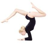 美丽的白肤金发的体操运动员 库存图片