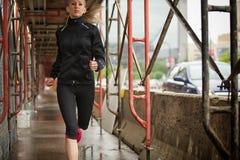 美丽的白肤金发的健身赛跑者 免版税库存图片
