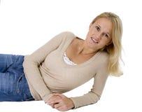 美丽的白肤金发的偶然下来放置的纵向妇女 库存照片