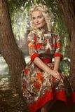 美丽的白肤金发的公园妇女年轻人 库存照片