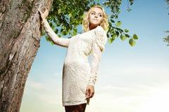美丽的白肤金发的公园纵向妇女年轻&# 免版税库存图片
