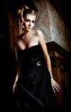 美丽的白肤金发的内部葡萄酒妇女年&# 免版税库存照片