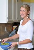 美丽的白肤金发的厨房妇女 库存照片