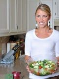 美丽的白肤金发的厨房妇女 库存图片