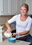 美丽的白肤金发的厨房妇女 免版税图库摄影