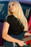 美丽的白肤金发的吉他 图库摄影