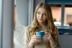 美丽的白肤金发的咖啡饮用的妇女 库存照片