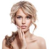 美丽的白肤金发的女孩。健康长的卷发。 免版税库存照片