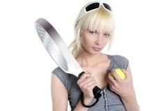 美丽的白肤金发的女孩体育运动网球&# 免版税库存照片