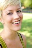 美丽的白肤金发的女孩俏丽的微笑 免版税图库摄影