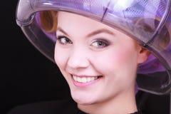 美丽的白肤金发的女孩卷发夹路辗美发师美容院 免版税图库摄影