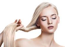 美丽的白肤金发的女孩头发健康长 免版税图库摄影