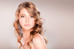 美丽的白肤金发的女孩头发纵向 免版税库存照片