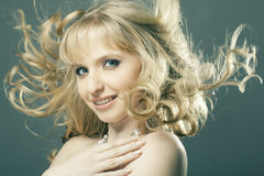 美丽的白肤金发的女孩头发纵向 库存照片