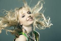 美丽的白肤金发的女孩头发纵向 免版税库存图片