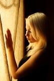 美丽的白肤金发的女孩年轻人 一名妇女的剧烈的画象黑暗的 梦想的女性神色在微明下 女性剪影 库存照片